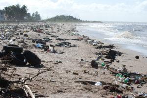 Billede af affald og forurening ved strand