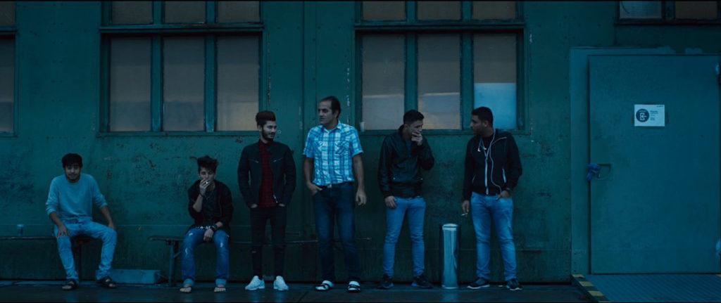 Mænd, der ryger, uden for terminalen