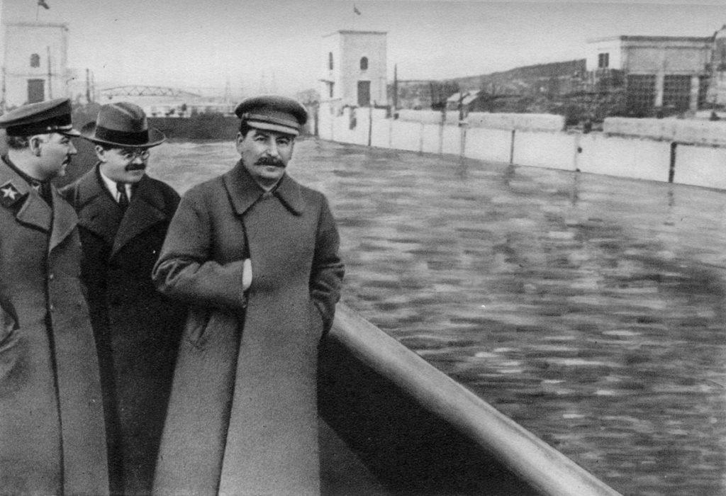 Voroshilov, Molotov og Stalin uden Nikolai Yezhov