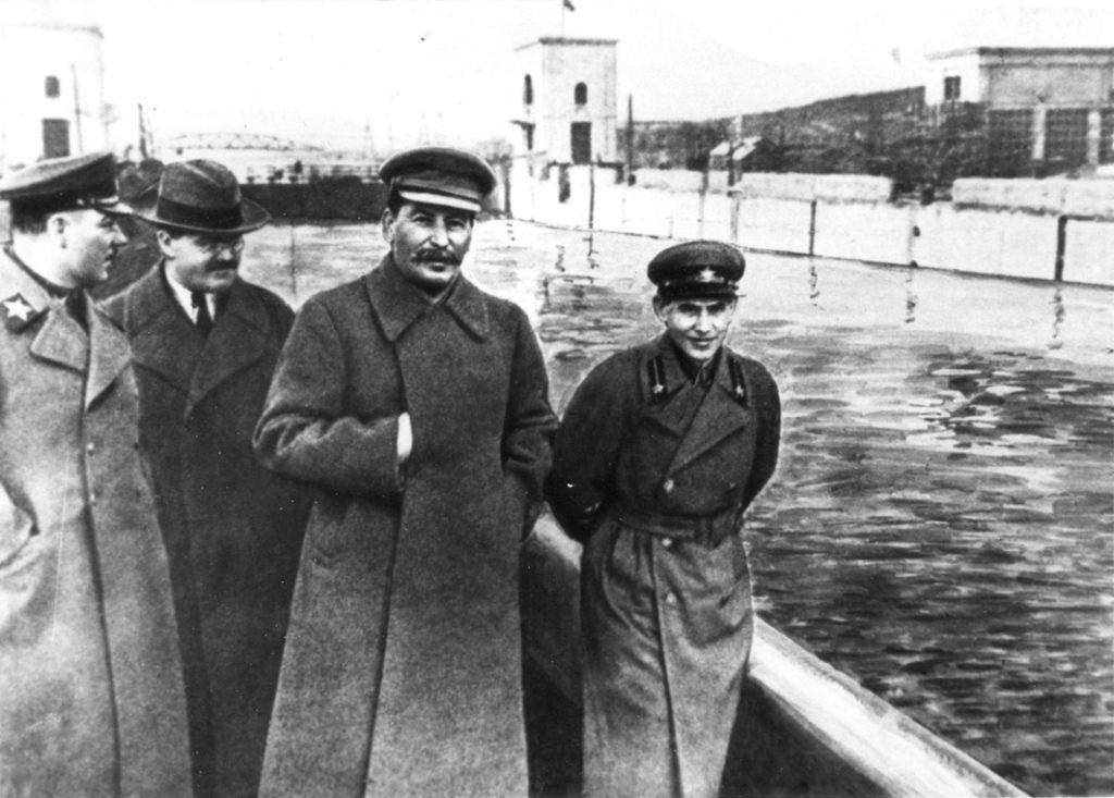 Voroshilov, Molotov og Stalin med Nikolai Yezhov